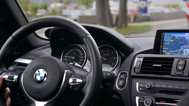 Rozbite BMW na płocie
